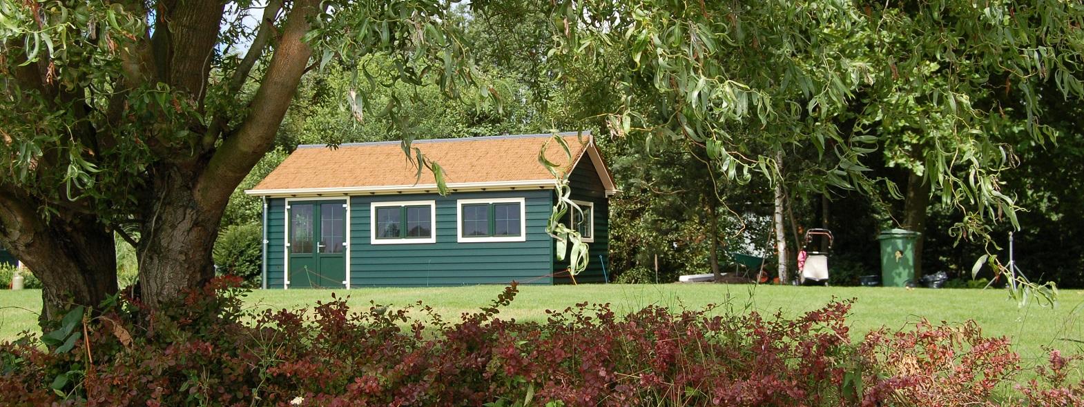 Ein Kunststoffgartenhaus besteht aus robusten und wartungsarmen Baumaterialien.